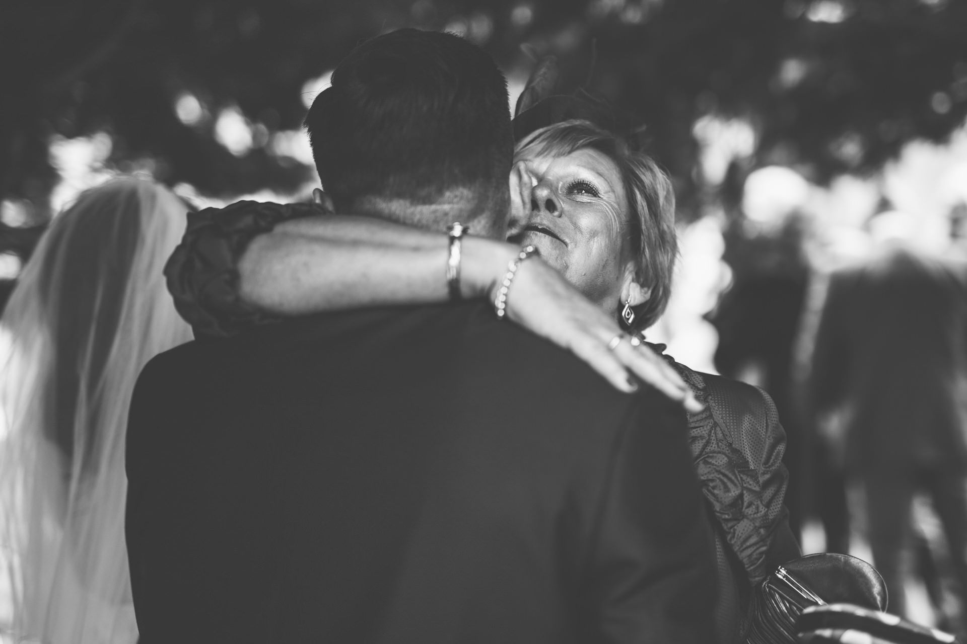 Best wedding photography 2016 - black and white hugging