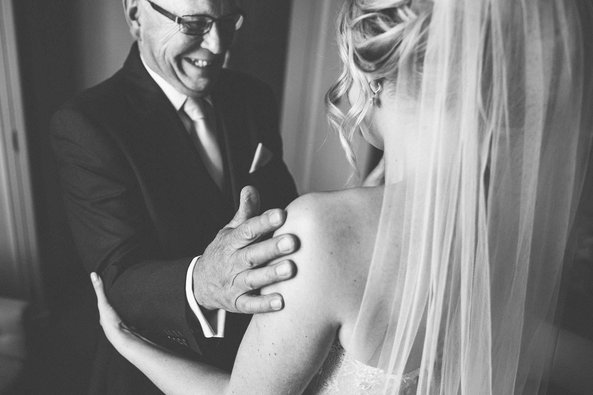Best wedding photography 2016 - dad hugging daughter