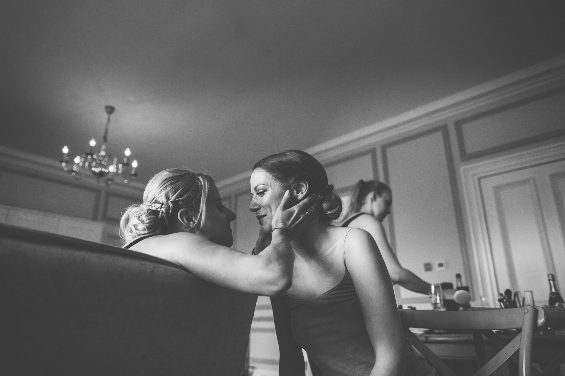 Best wedding photography 2016 - black and white of bridesmaids kissing
